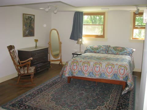 Studio Apartment by Park Lake Wineries and Cornell
