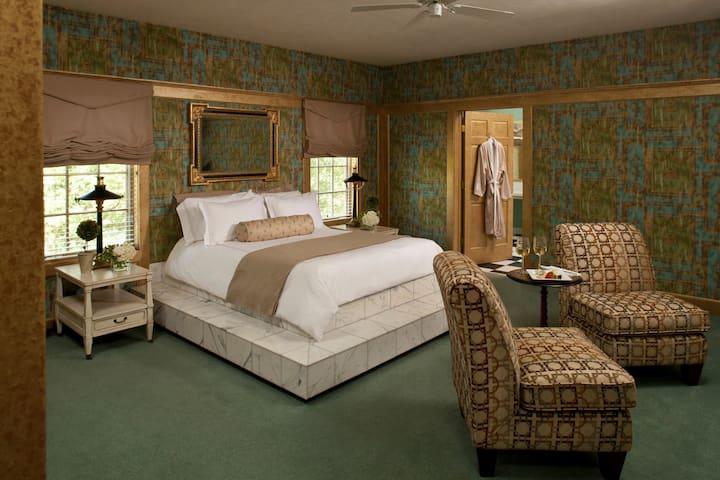 Roman Suite at Historic Fairview Inn