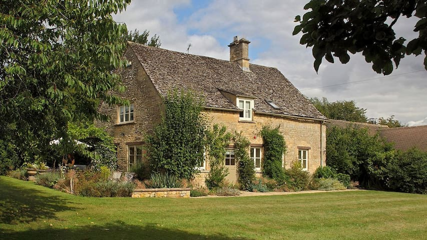 Bookers Cottage (sleeps 6 + 1 camp bed)