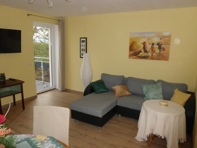 Wohnzimmer mit Balkon FeWo 1