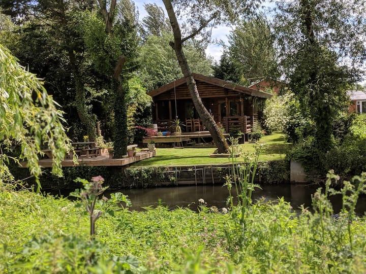 Riverside Log Cabin with Luxury Copper Bathtub