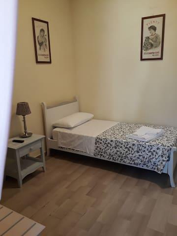 Camera Singola con bagno privato e vista su cortile