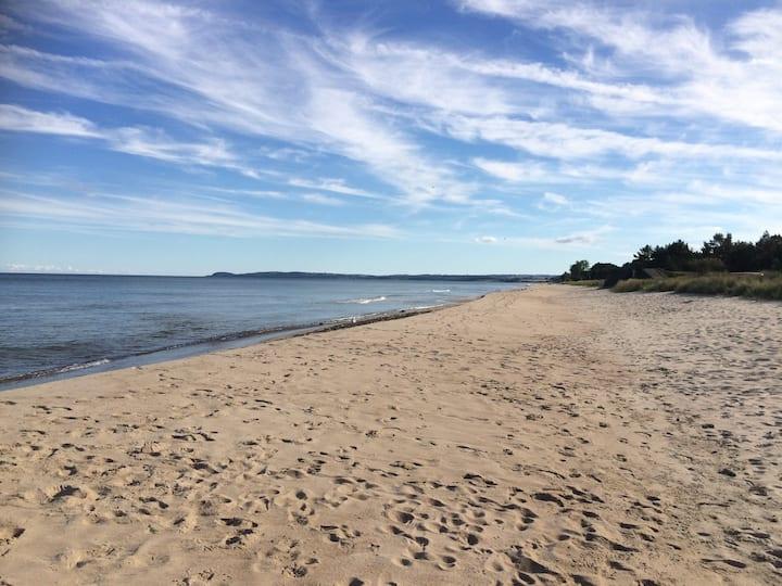 Ljust, stort boende nära strand och natur