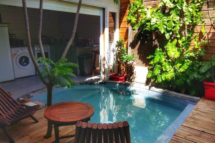 Un coin atypique et au milieu d'un jardin tropical