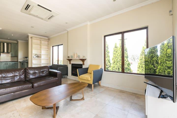Relaxed Suburban Apartment| Sunny & Modern|