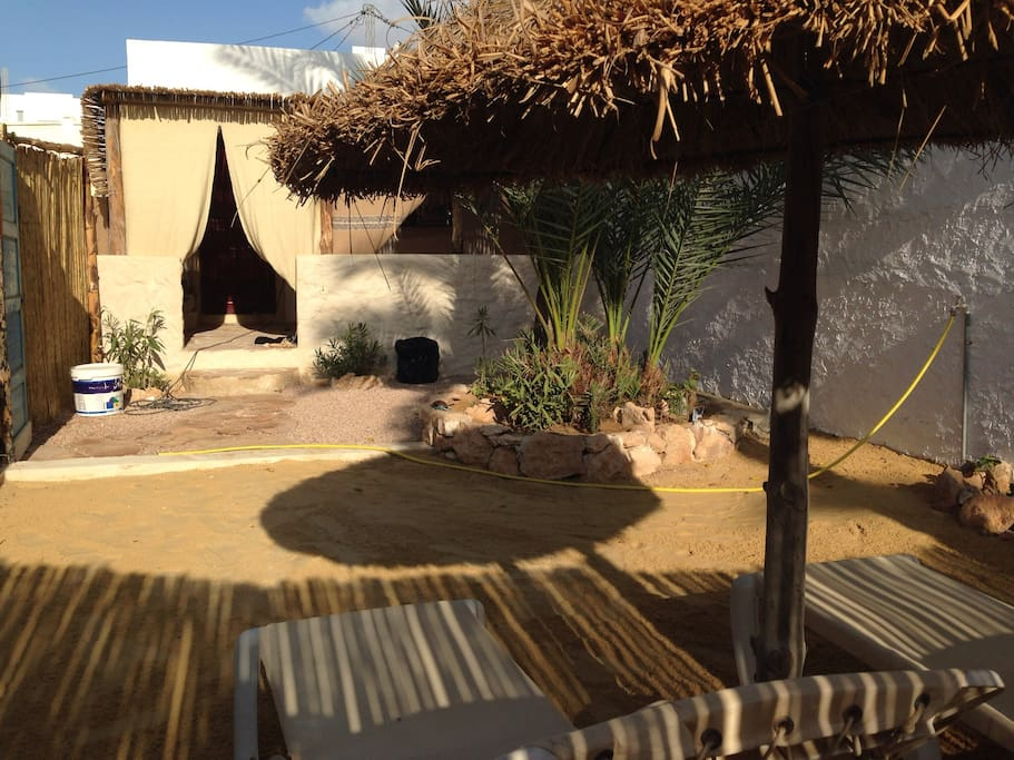 Petit jardin avec sa terrasse et ses transats privés. Fermé par portail privé.