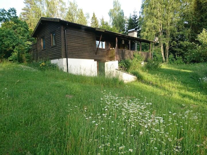 Sommarstuga med gäststuga i härlig natur
