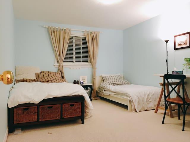 Huge room with great back yard view - วอเตอร์ลู - บ้าน