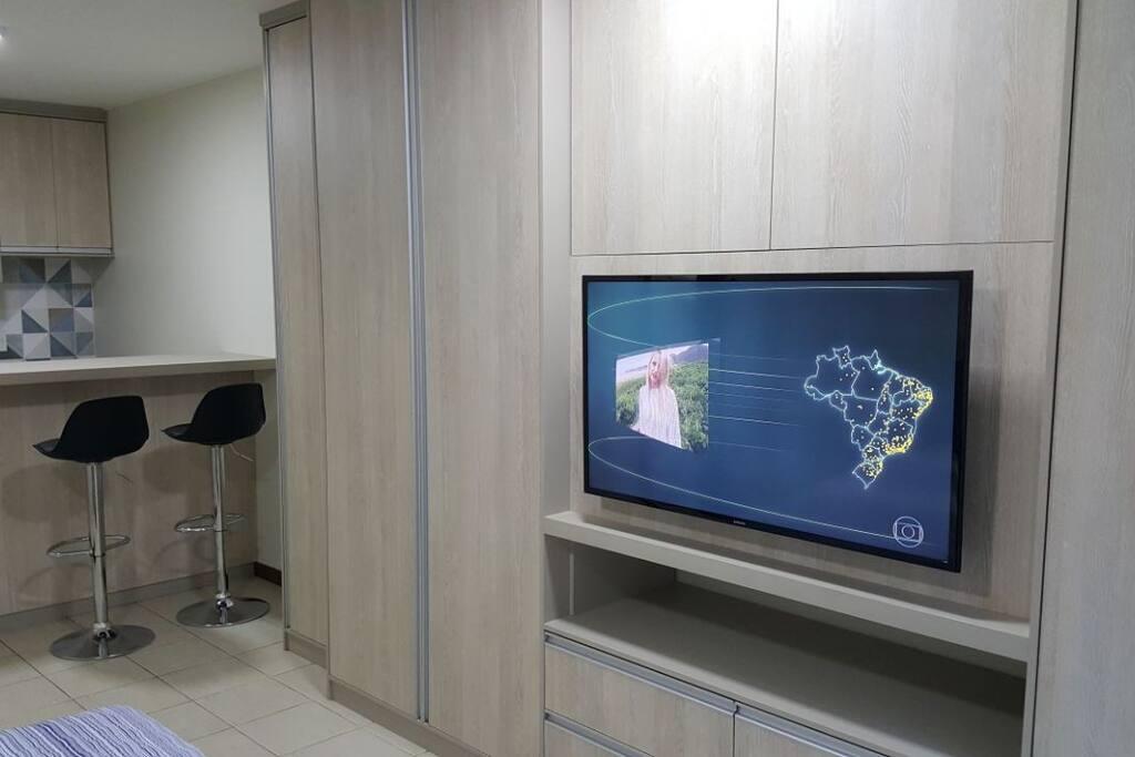 TV LED 43' com TV a cabo, armários com maleiro