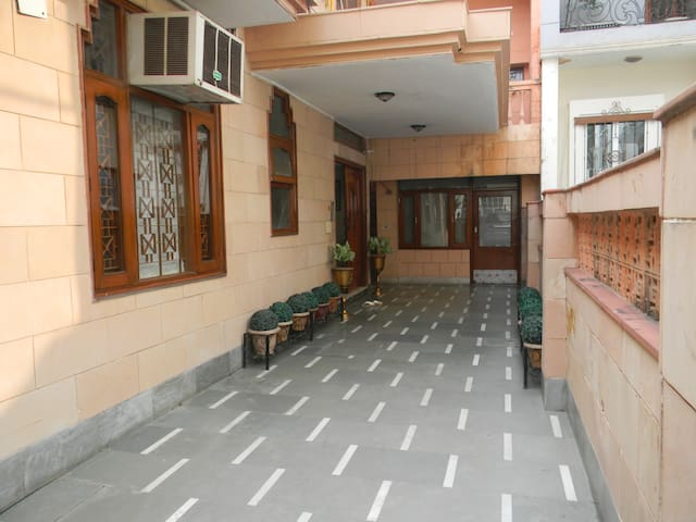 Large Private Room in South Delhi - New Delhi - Bed & Breakfast