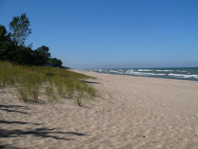 Quiet Walk to Lake Michigan Beach - SuperHosts!