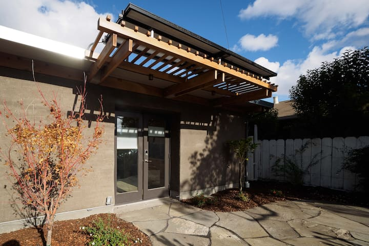 Cozy straw bale haven - your home in Palo Alto