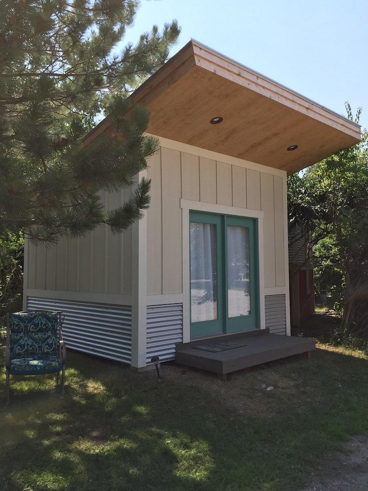The PEACOCK birdhouse cabin