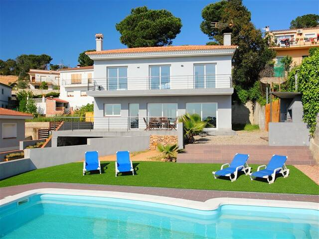 Modern house near LLORET DE MAR (10 min) 7 persons