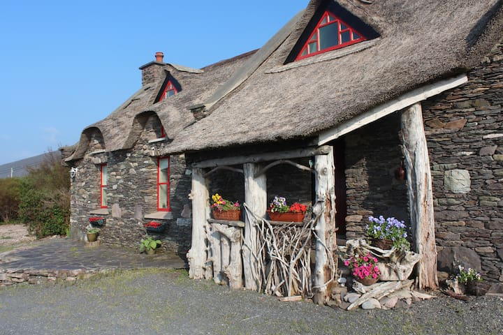 Thatched Irish Home with Sea Views - Gortaforia - Casa