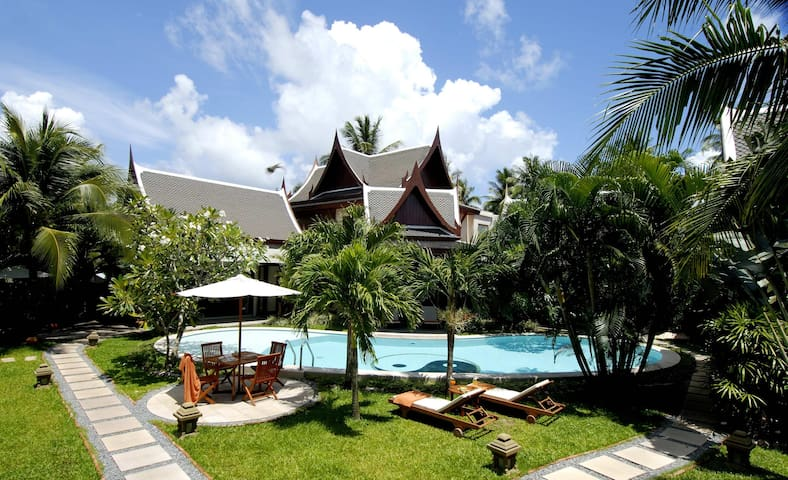 8 bedrooms serviced villa in Phuket, next to beach - Thalang - Villa