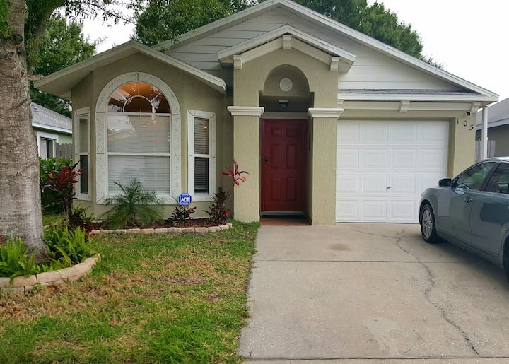 Cozy and clean garden home. 20 minutes to Disney.