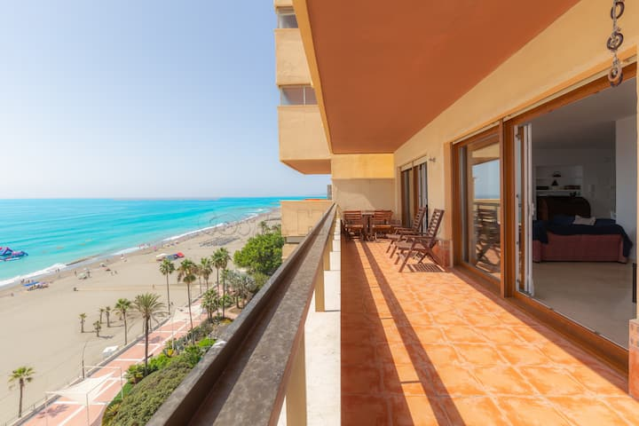 Spacious and bright frontline beach apartment on 8th floor with sea views, amenities near