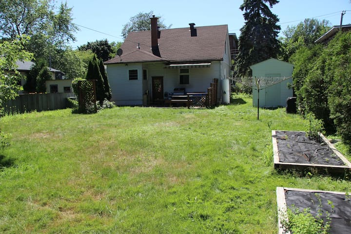 Entire quiet home close to airport - Pointe-Claire
