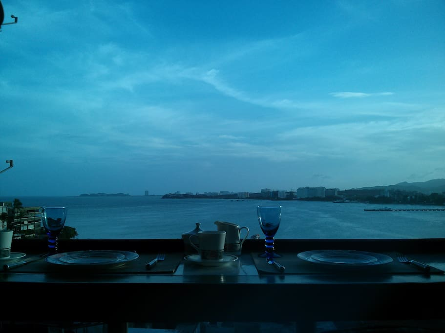 Greet the day with a breakfast facing the bay to the sound of the waves.