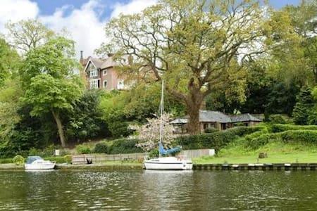 Idyllic Riverside Cottage - Bramerton