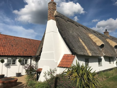 *Charming Thatched Cottage* 6 The Green