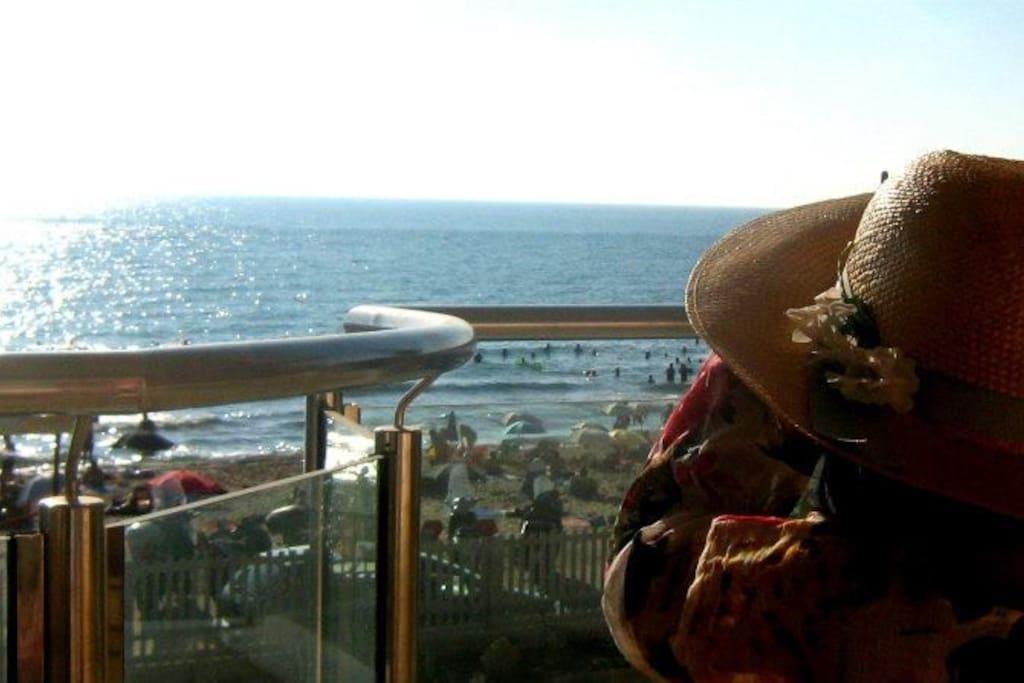 la vista dal terrazzo il mare sotto casa