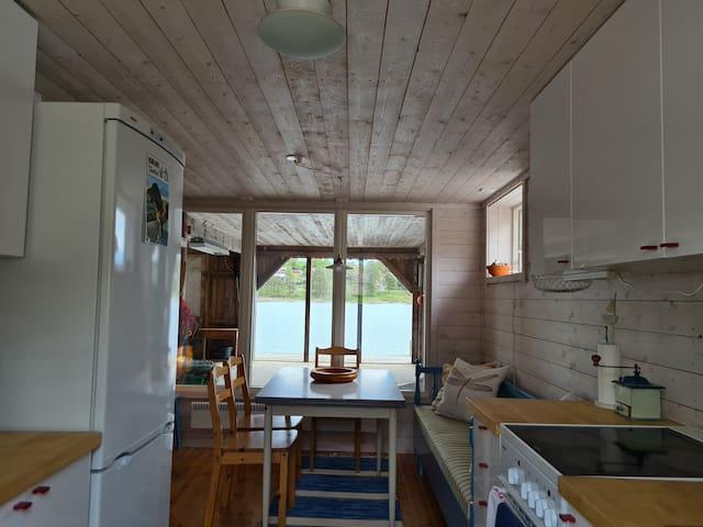 Köksbordet har 2 utdragsskivor som ger plats för 8 eller kanske fler vid regniga dagar.  Kökssoffan är en utdragbar bäddsoffa  för en person.