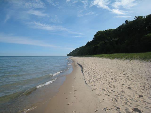 Walk to Lake Michigan/On Wine Trail.In-town Leland