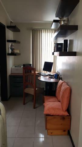 Hall con escritorio y computador con internet de alta velocidad