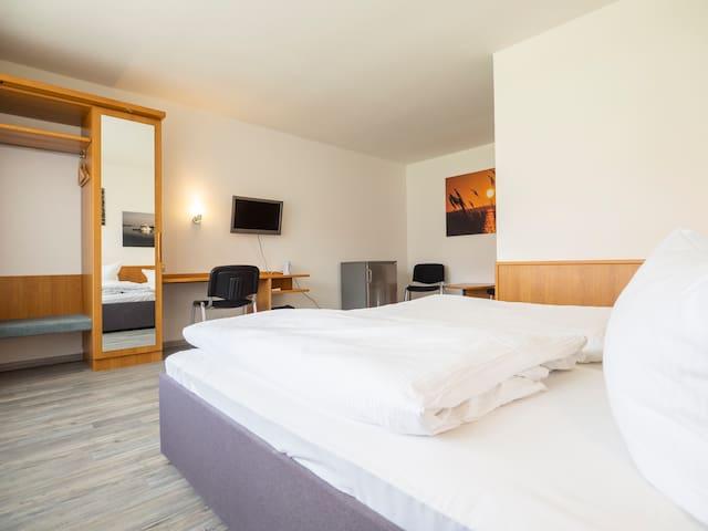 großes Doppelzimmer (26qm)  im Motel Stralsund
