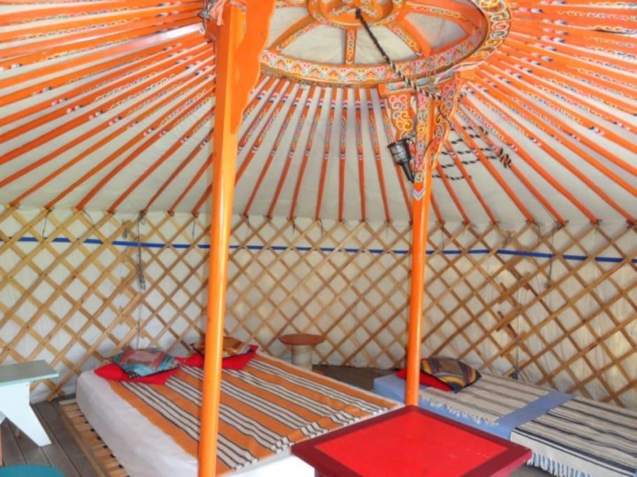les murs en treillis et les perches de toit de cette yourte fabriquée à Oulan Bator