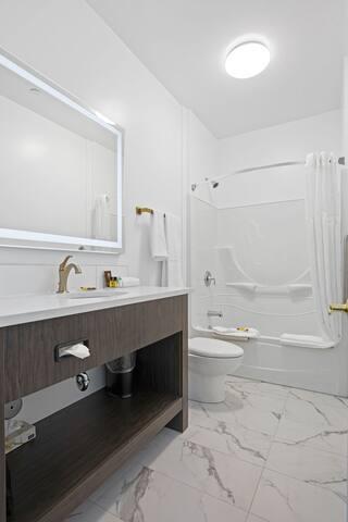 Crown Columbia Hotel Premier Riverside King Room