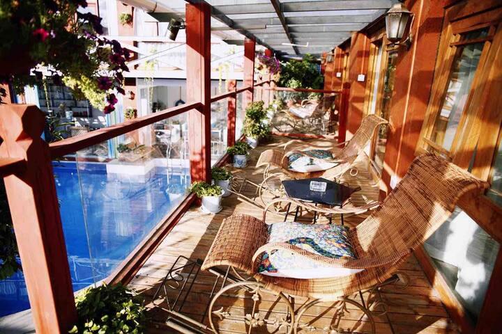 束河古镇山下的院子阳光大套房  独立阳台,躺椅,自带露天泳池,停车场。  一整天温暖的阳光