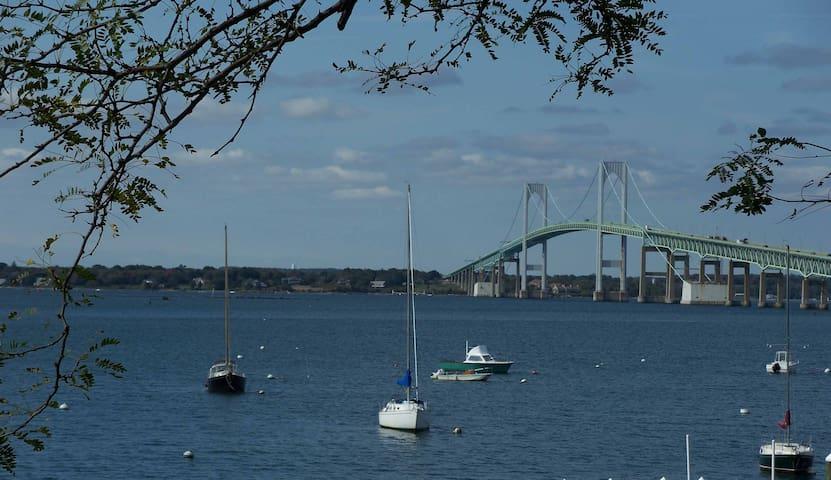 Waterfront-overlooking the bay. - Newport - Casa