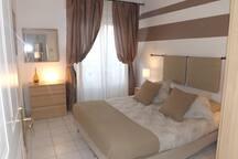 Chambre principale avec grand lit 160 x 200 pouvant se séparer en 2 lits jumeaux sur demande.