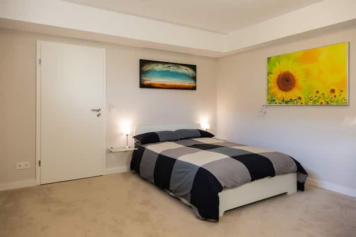 Modernes Zimmer, eig. Eingang/Bad