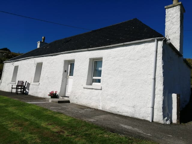 Taigh Iomhair - Shoreside Cottage