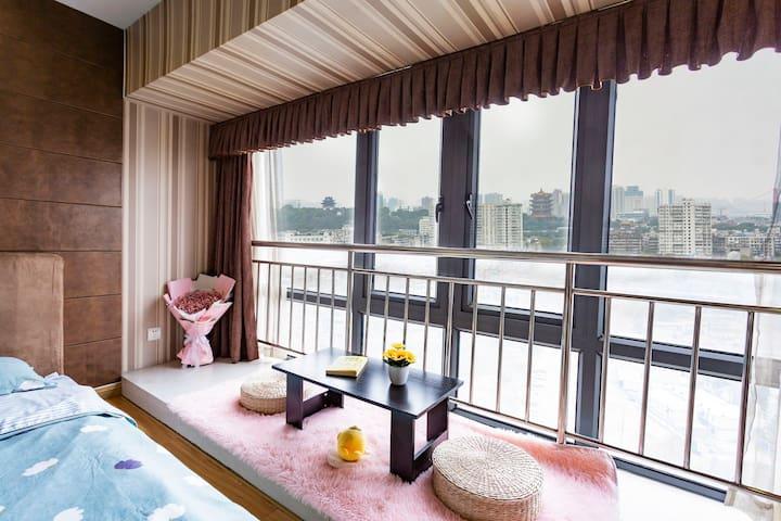 家的感觉4《江景房》本房位于武汉市中心,超大落地窗可以观看黄鹤楼和长江夜景,家居采用小清新风格