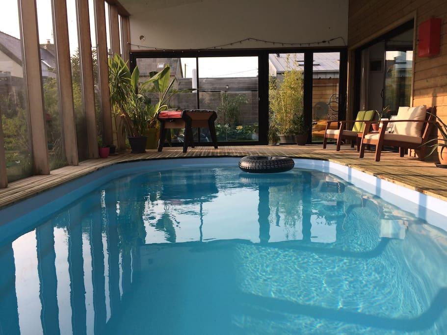 La piscine, privée et chauffée à 28-29° avec baby foot et petit salon