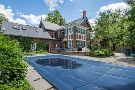 Victorian mansion in desirable Old East Hill - Belleville