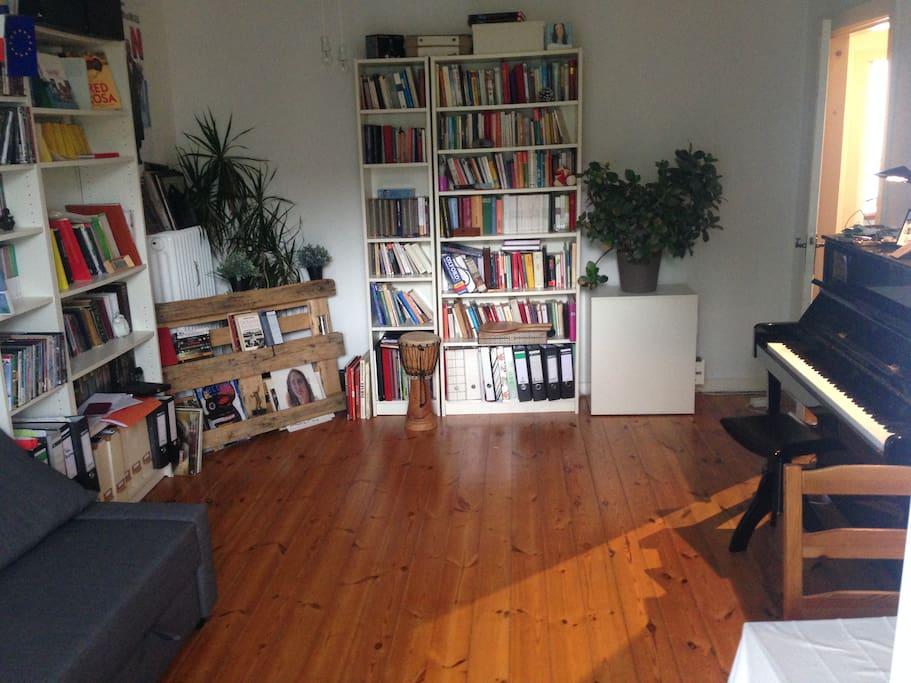 Wohnzimmer (mit Klavier)