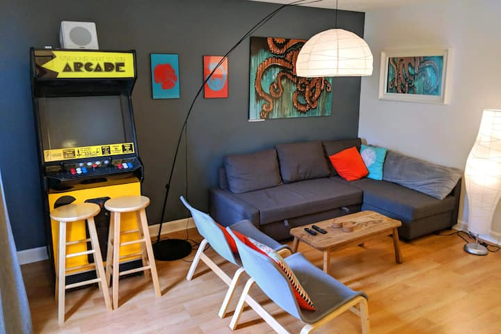 Fun & Modern 2 Bedroom Duplex w/ Arcade Machine!
