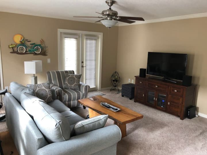 Dunedin 2BR Condo-Freshly Furnished, Close to Town