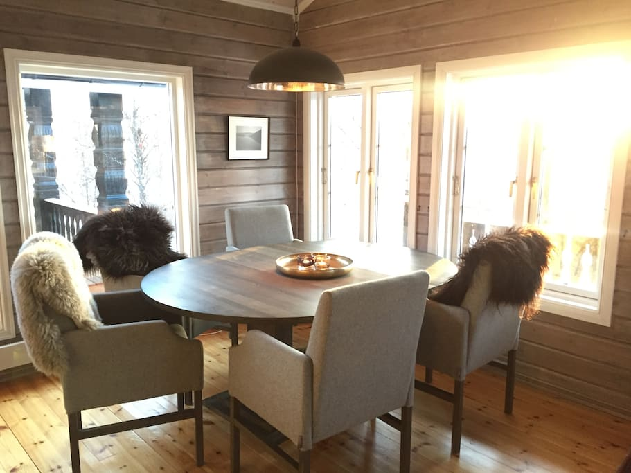 Stue med spisebord. Bord kan slåes ut og benyttes fint til 8-10 stk.