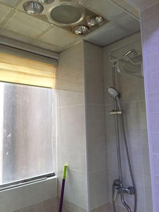 独立的卫生间,干湿分离,有浴霸,冬天洗澡也不冷