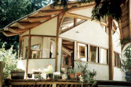 Beautiful Cottage near the Beach - Hornby Island - 独立屋