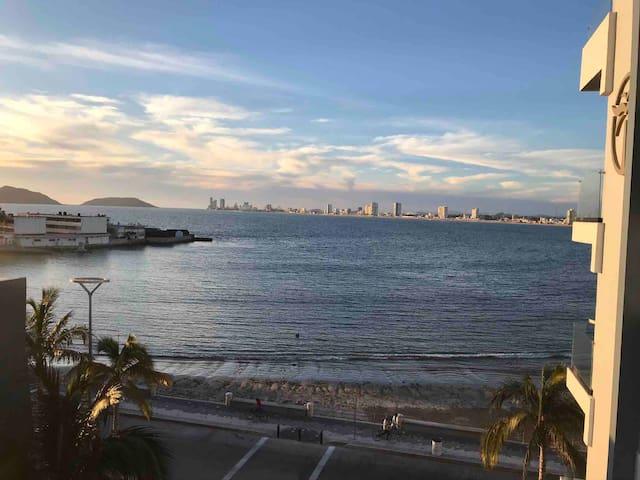 Vista Única Sobre El Malecón Mazatlán Centro