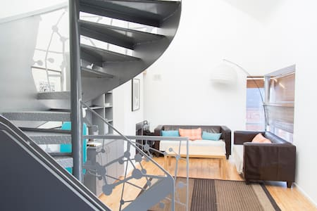 This apartment is situated right above Temple Bar square where you are never for than a 5 minute work from all of Dublin's finest restaurants and most frequented tourist attractions. Temple Bar is the heart beat of Dublin city.
