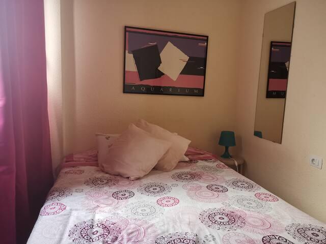 Cómoda habitación en piso con mucha luz